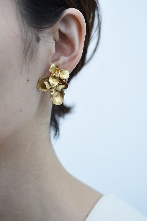 mn-co-176 begonia with bee asymmetry earring