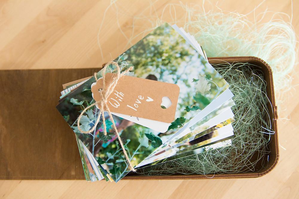 coffret en bois gravé au nom des mariés contenant des photos argentiques