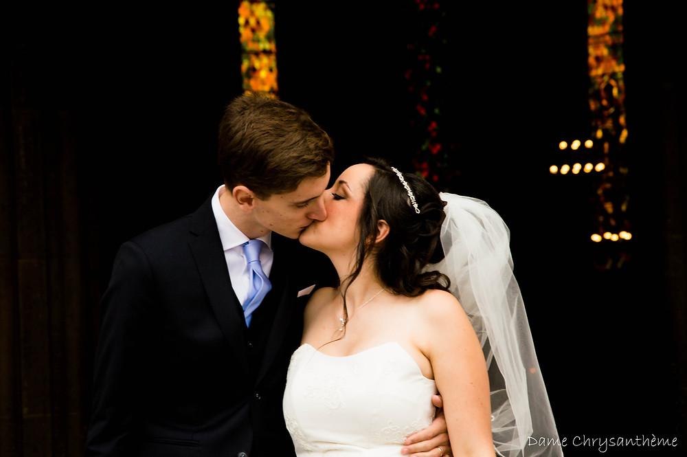 Jeunes mariés à L'église