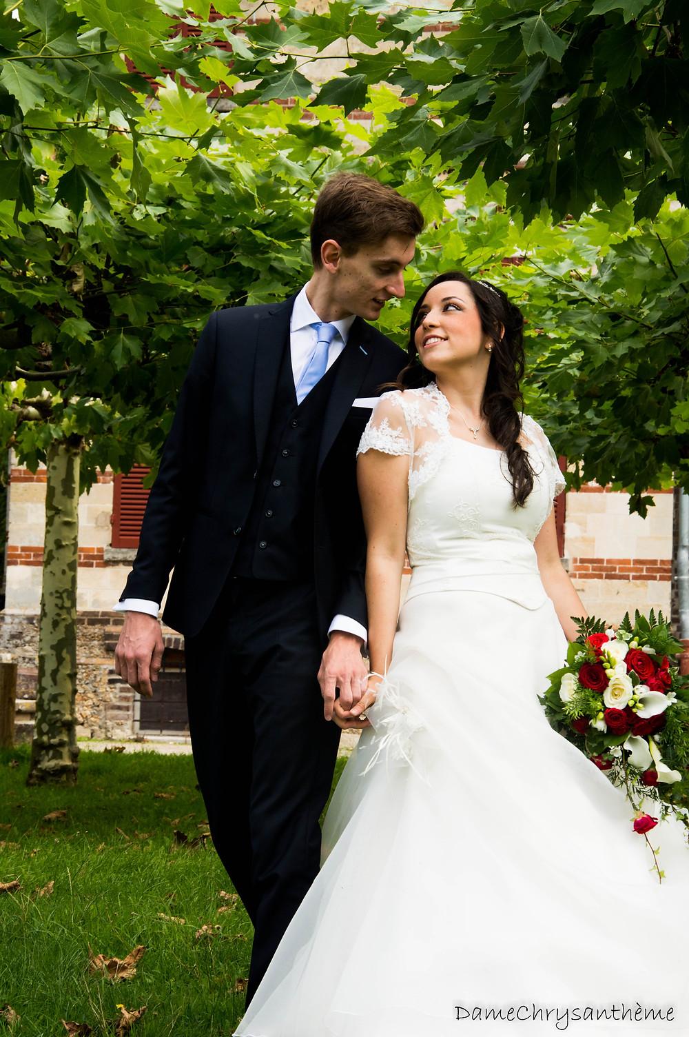 Jeunes mariés qui posent