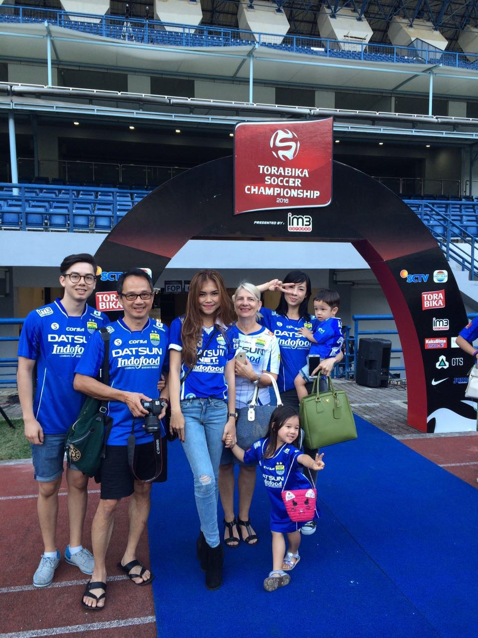 The whole family is watching the game Persib Bandung vs. PSM Makassar!