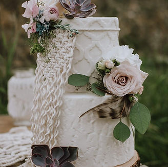 Macrame cake decor, feathers, succulants, roses cake