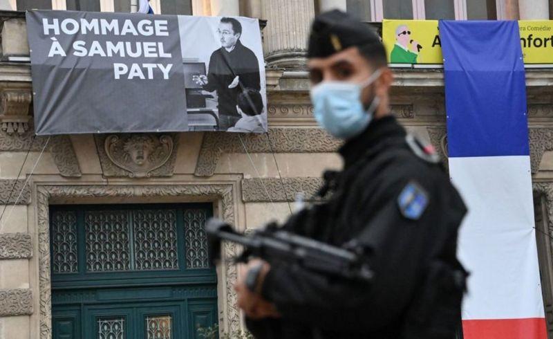 法国当局对该国极端伊斯兰组织进行打击,与土耳其就宗教和世俗主义争议继续升级。