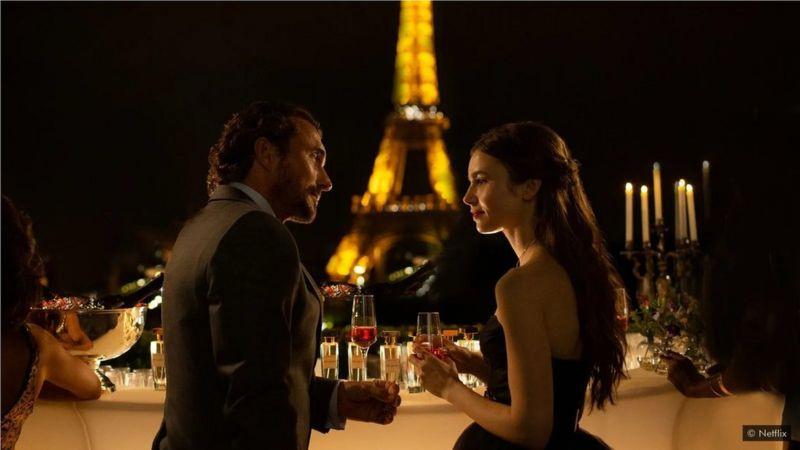 网飞公司的新片《巴黎的艾米丽》讲述了一个美国年轻人搬到法国首都,并实现了她的浪漫幻想——大胆的红色贝雷帽和一切。