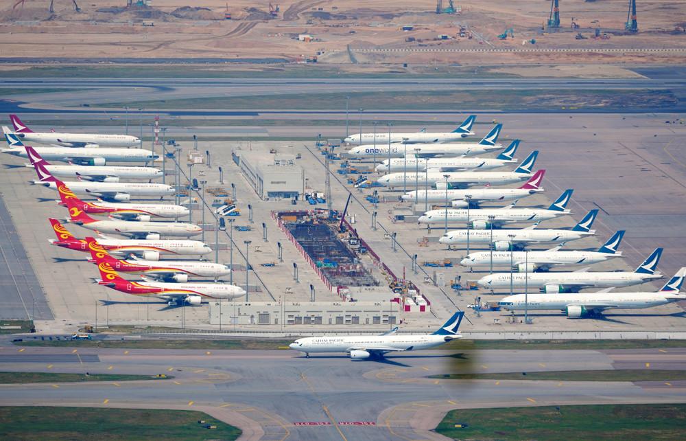 图为今年10月大批国泰航空和国泰港龙的客机停泊在香港国际机场。(图片来源:中新社)
