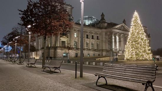 """图为德国实行""""硬性封城""""后,柏林空荡的街头。(图片来源:中新社)"""