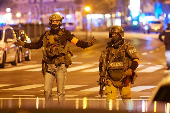 11月2日晚,警察在奥地利首都维也纳街头警戒。(图片来源:新华社
