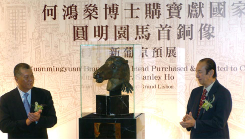 """2007年,何鸿燊在澳门为""""圆明园马首铜像""""预展揭幕。(图片来源:中新社)"""