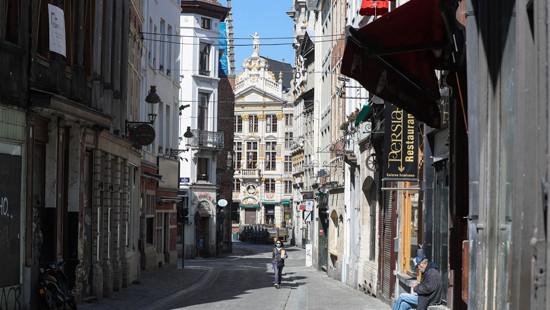 图为疫情期间比利时布鲁塞尔市中心一条冷清的街道。(图片来源:新华社)