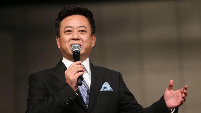 朱军在中国相当有名,他曾多次主持央视的年度旗舰节目《春节联欢晚会》