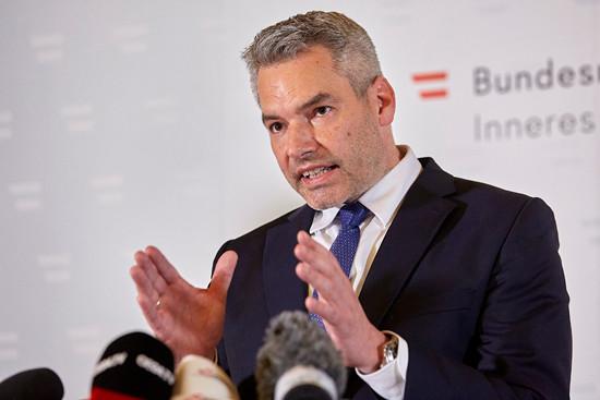 11月3日凌晨,奥地利内政部长卡尔·内哈默在首都维也纳召开新闻发布会介绍相关情况。(图片来源:新华社)
