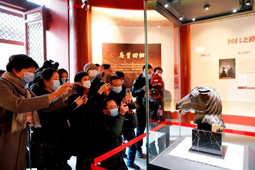 图为在圆明园正觉寺文殊亭展出的马首。 (图片来源:中新社)