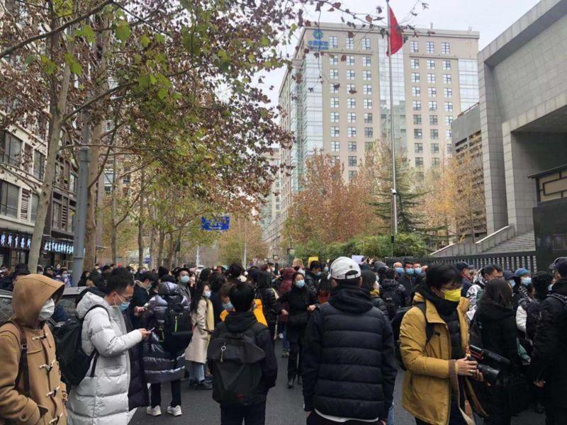 警察在法院门前疏散民众,期间有外国媒体记者被警方带走问话
