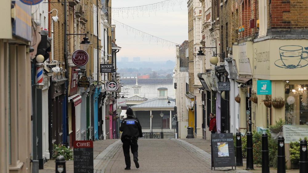 """11月27日英国肯特郡格雷夫森德市的街边店铺。当地疫情警戒程度为""""非常高""""。(图片来源:中新社)"""