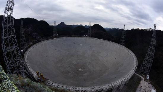 """图为在FAST周围一座山顶拍摄的""""中国天眼""""全景。(图片来源:中新社)"""