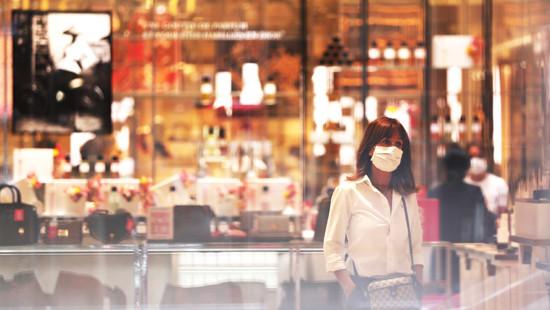 5月29日,在法国巴黎,一名顾客在春天百货公司奥斯曼店购物。(图片来源:新华社)
