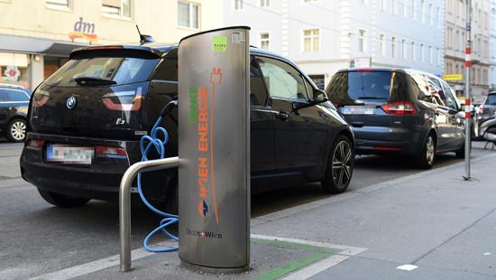 奥地利维也纳街头的电动汽车和公共充电桩。(图片来源:新华社)