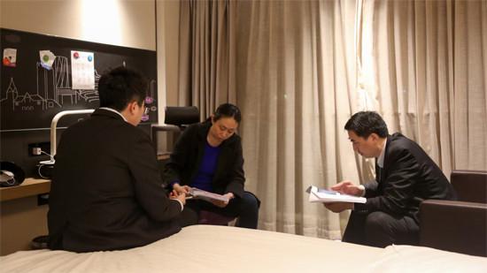 江秋莲和代理律师黄乐平在为庭前会议做准备。(图片来源:受访者供新京报)