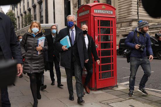 11月11日,欧盟首席谈判代表米歇尔·巴尼耶(中)前往与英方谈判的地点。(图片来源:新华社)