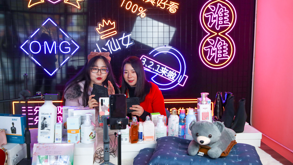 武汉汉口北电商直播馆馆内,主播正在给网友推介各种商品。(图片来源:中新社)