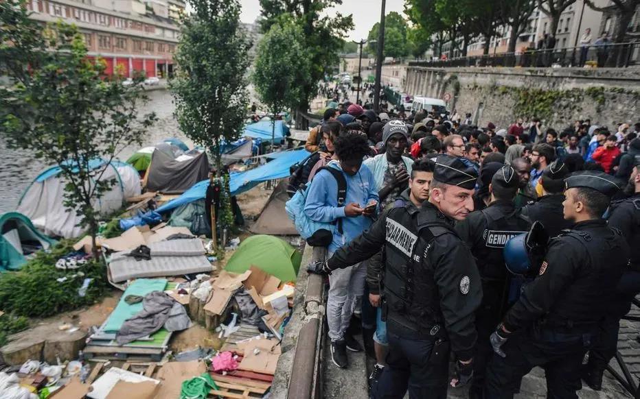 巴黎警方驱散圣马丁运河沿岸的一处难民营。(图片来源:法新社)