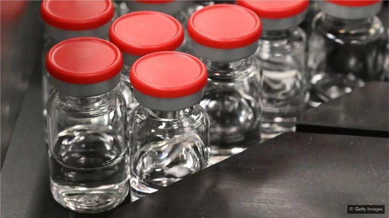 疫苗需要装在特殊的玻璃瓶中,并需要储存在超低温的设备内。