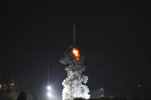 图为一箭双星发射升空。 (图片来源:中新社)