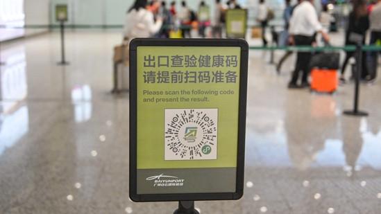 """图为广州白云机场到达大厅内设置的""""健康码""""标识标牌。(图片来源:中新社)"""