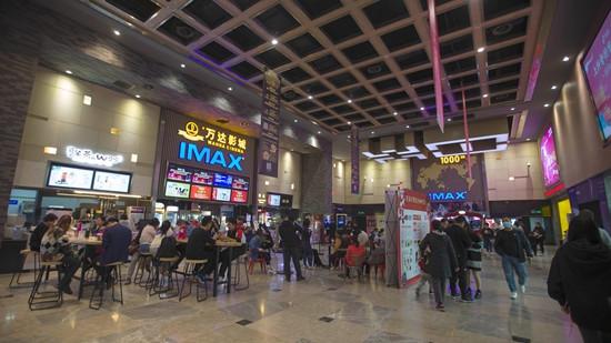 10月8日,山西太原,民众在电影院等候观看电影。(图片来源:中新社)