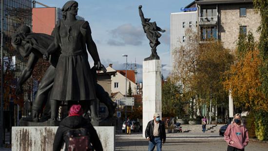 10月28日,人们从斯洛文尼亚克拉尼的一处广场上走过。(图片来源:新华社)