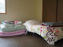 ベッド1台、お布団を合わせて4人くらいならお泊りできます~