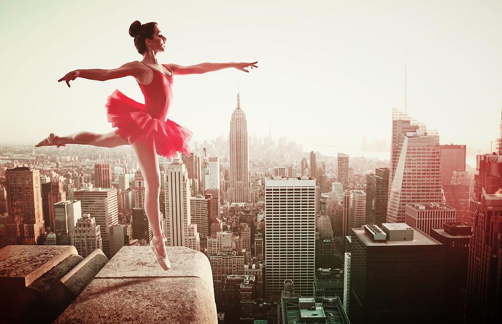 ballerine en rouge en haut des tours