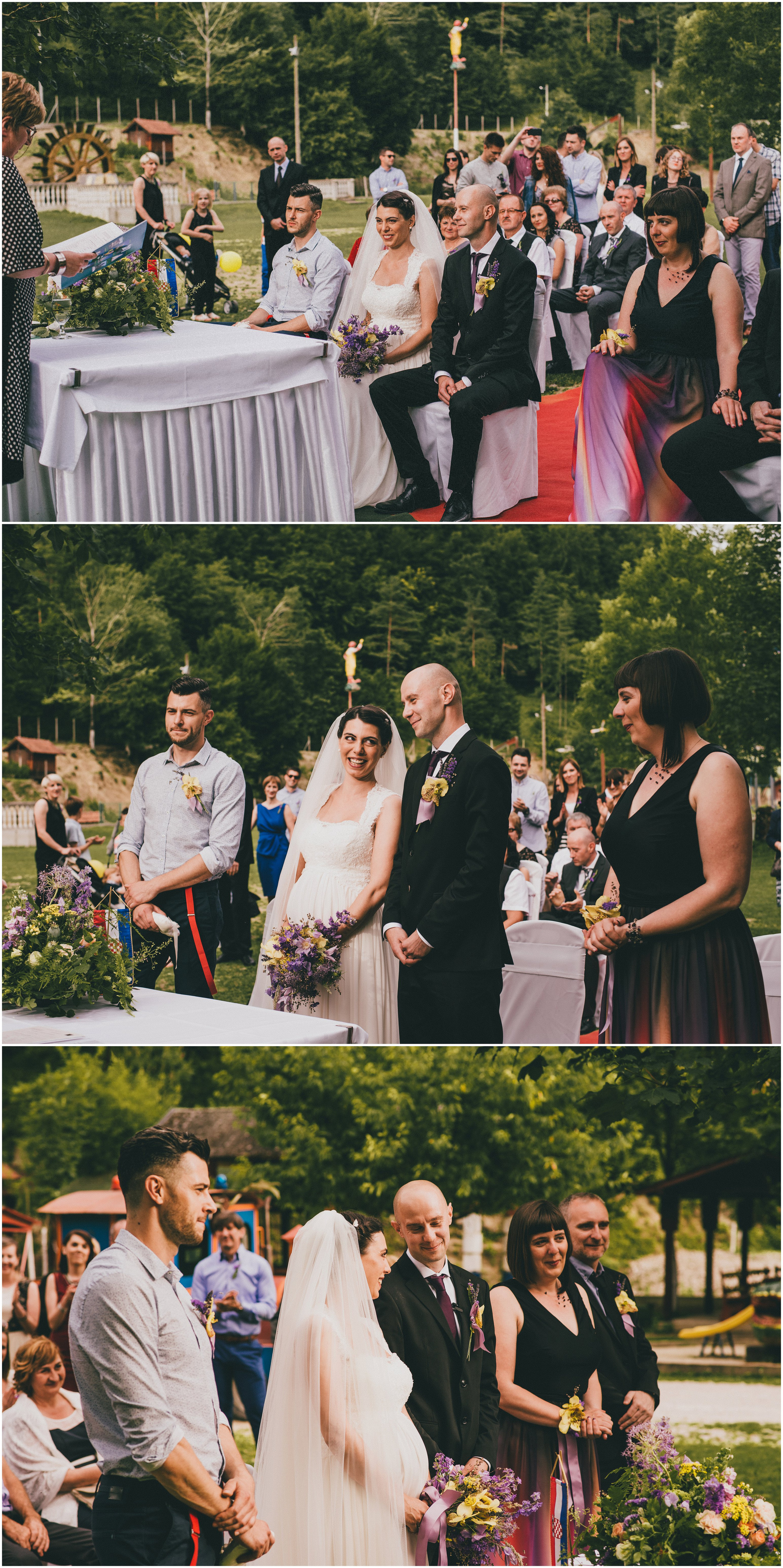 Mladenci i kumovi na vjenčanju na otvorenom, razmjena prstenja