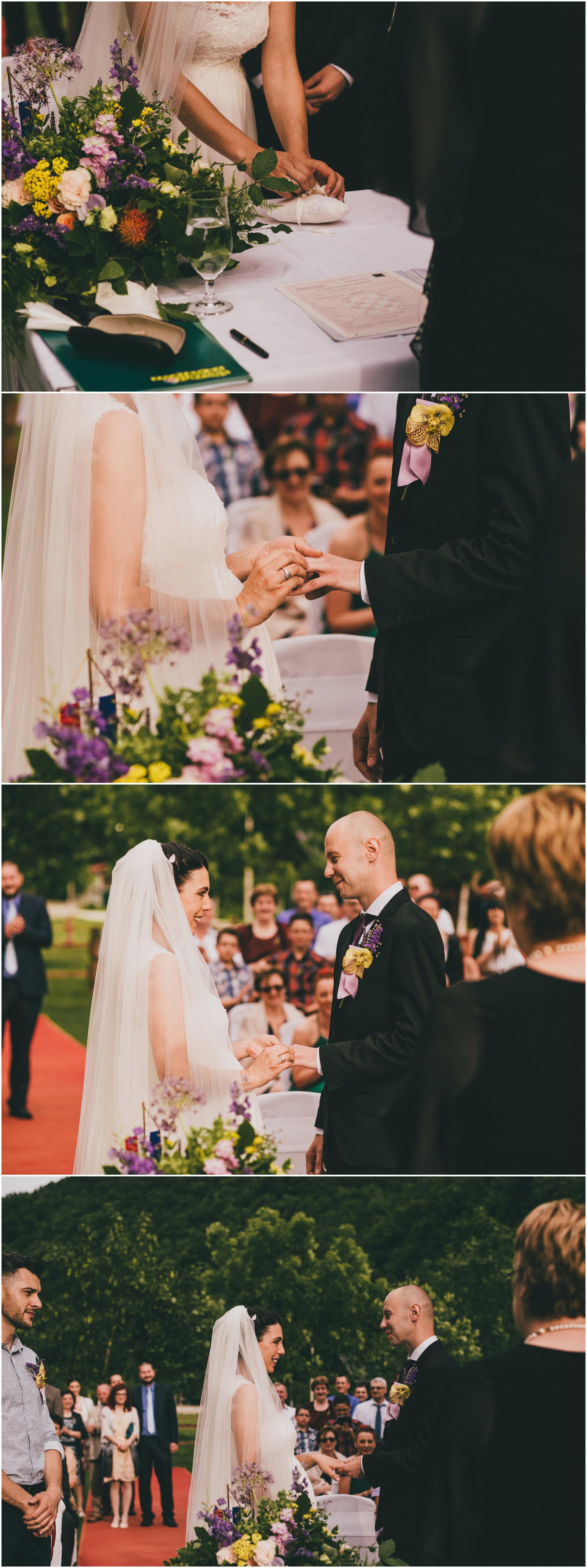 Razmjena prstenja na vjenčanju na otvorenom