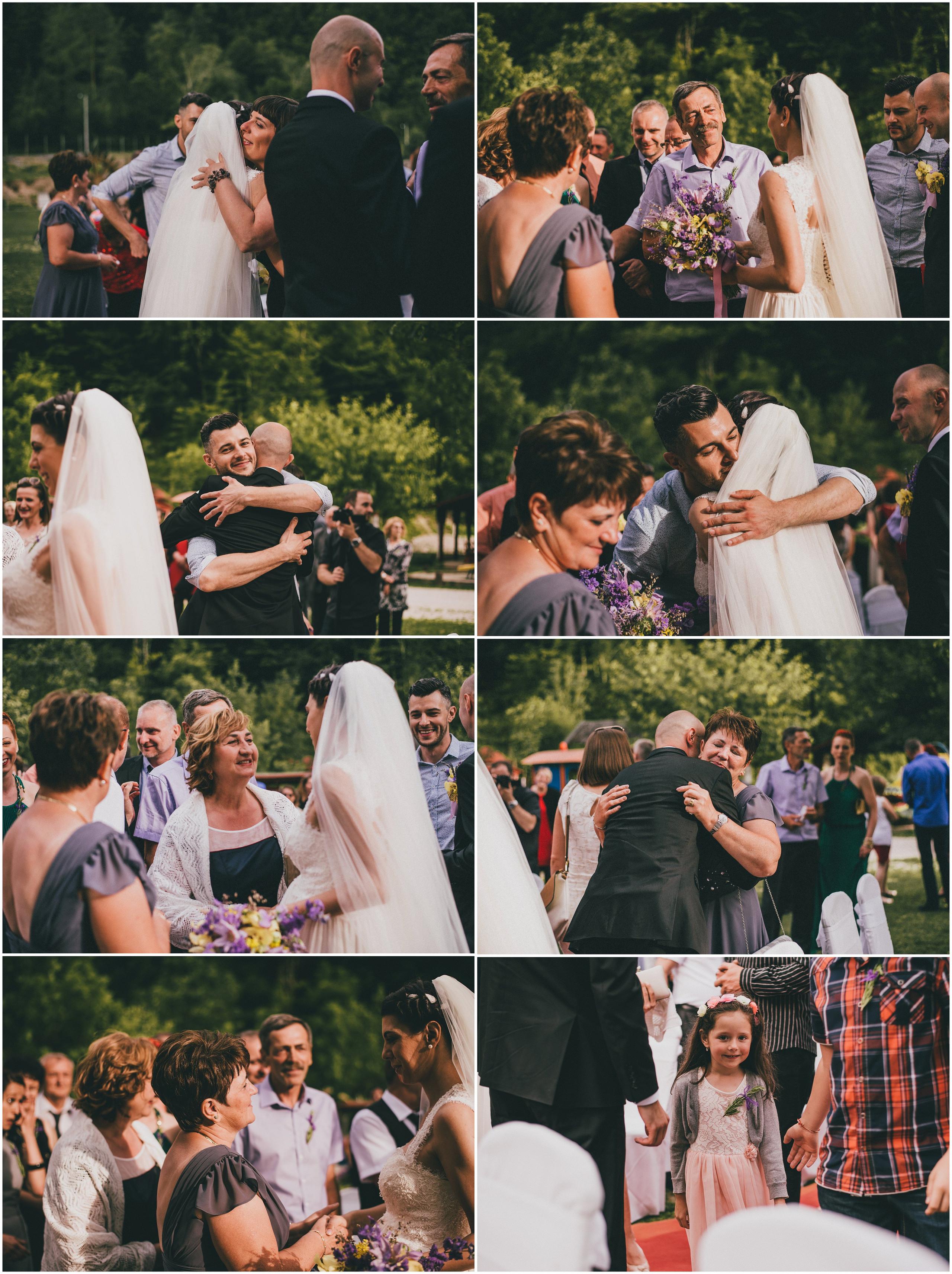 Vjenčanje na otvorenom, čestitanje mladencima, roditelji i bližnja rodbina