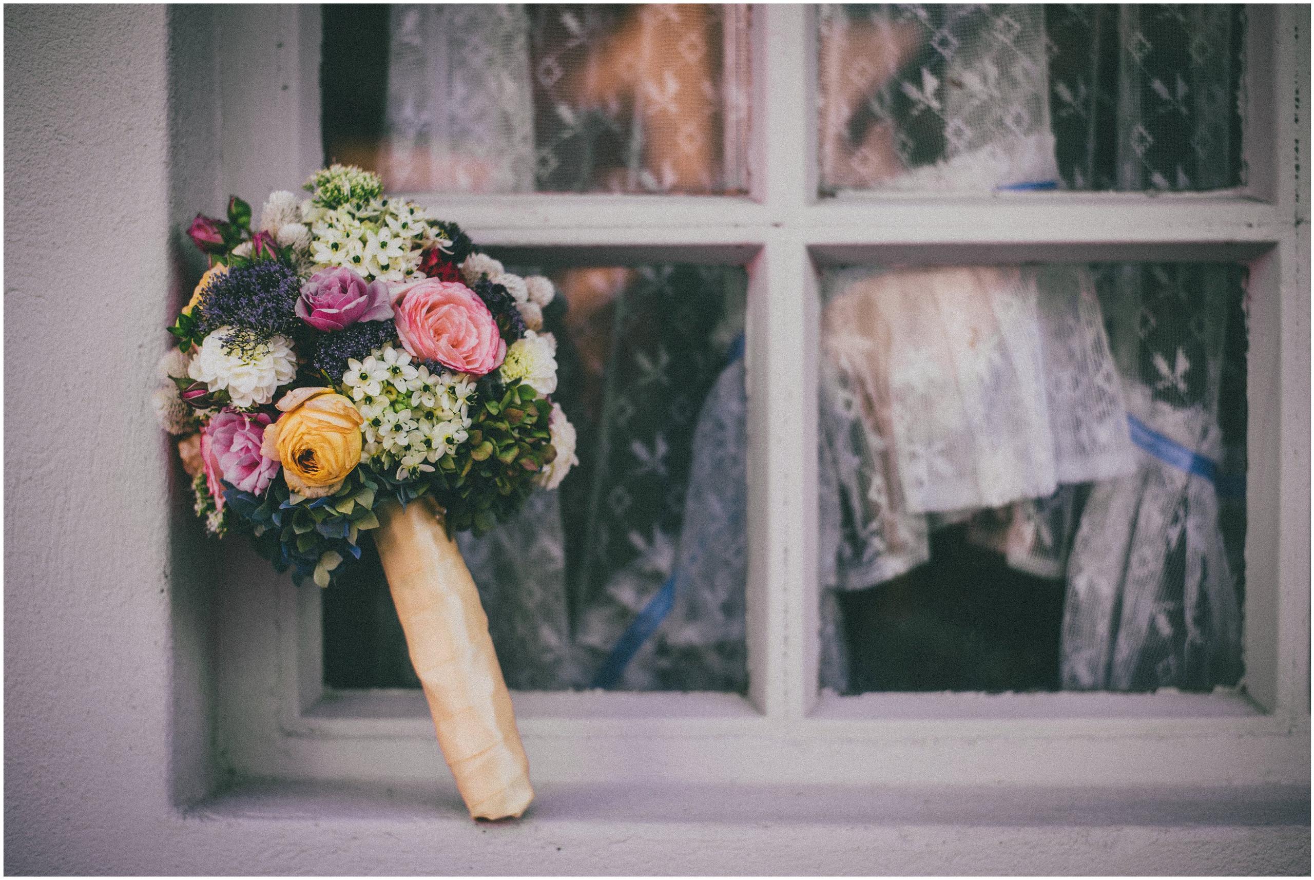Vjenčani buket ispred prozora