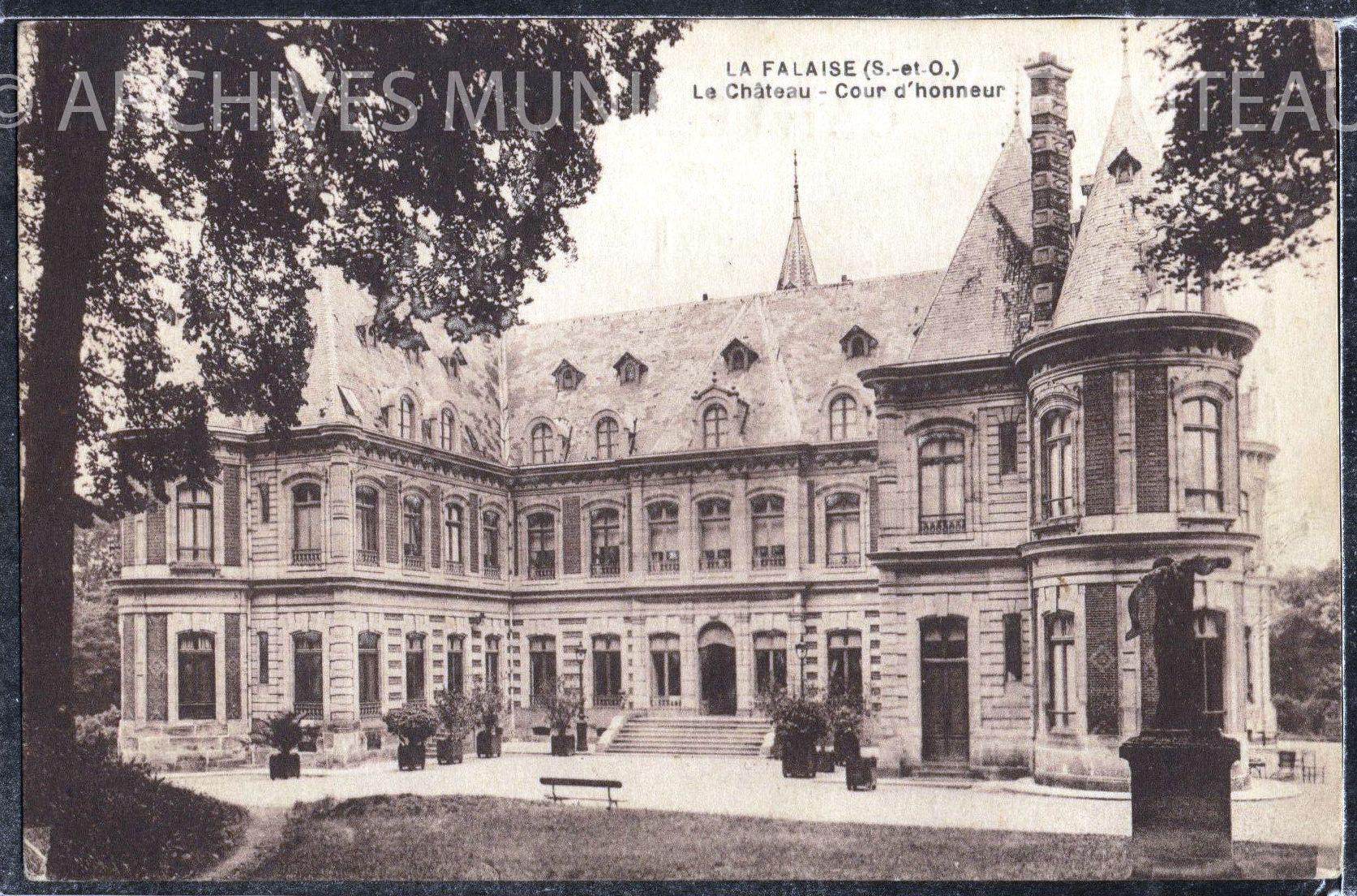 Cour du château de La Falaise