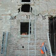 Vere maestranze durante il ripristino della muratura