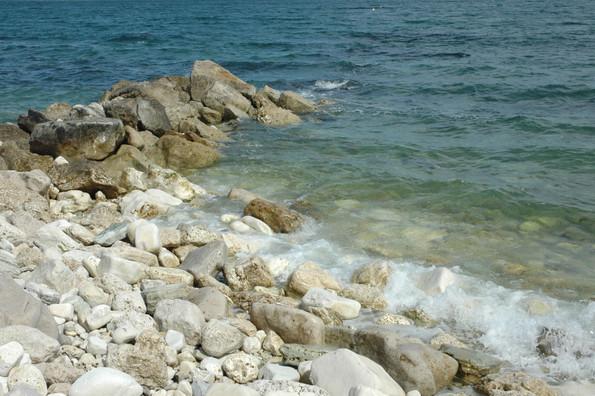 Spiagge di sassi e acque blu profonde