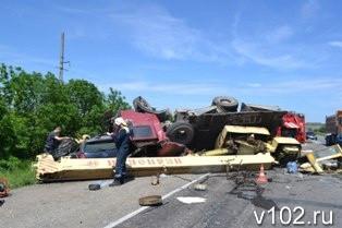 В Волгограде в ДТП с участием автокрана погибли 3 человека