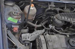 detail Peugeot onder de motorkap smerig
