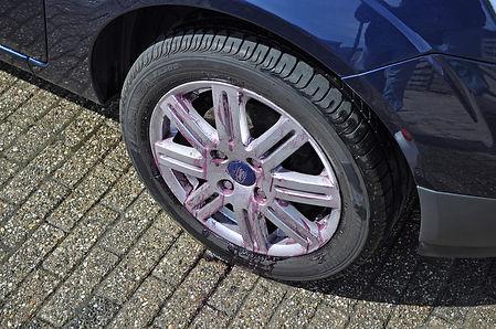Auto-beter-wassen-velg-met-paars-uitlope