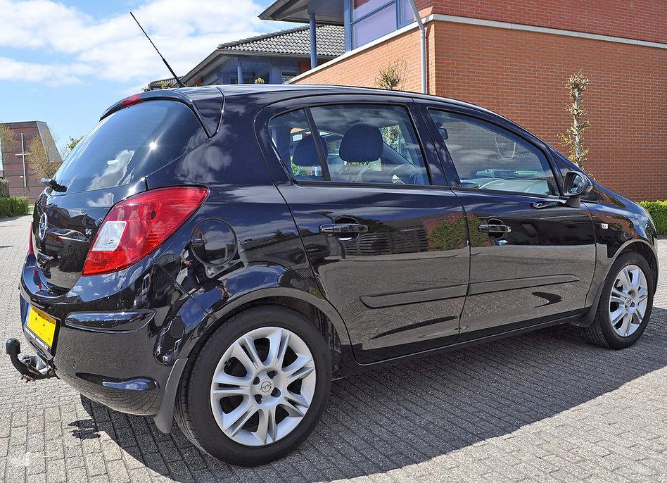 Opel-corsa-zwart-vol-glans-en-reflecties