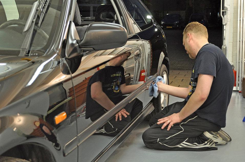 4. Man poetst auto uit na polijsten.jpg