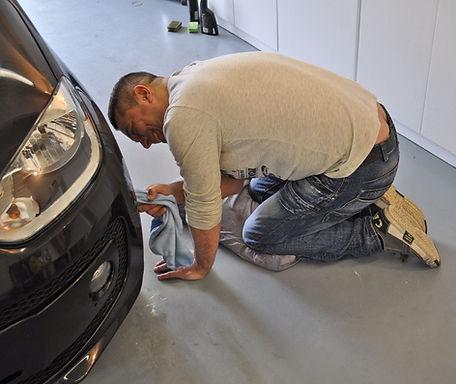 Man-poetst-auto-VW-Up-na-het-polijsten.j