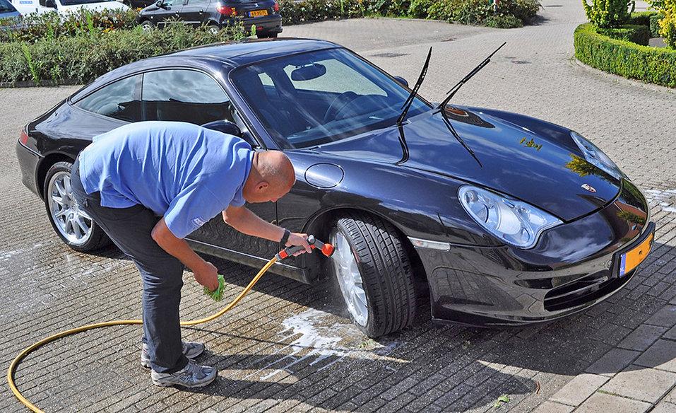 Auto-beter-wassen-Ferry-wast-zijn-Porsch