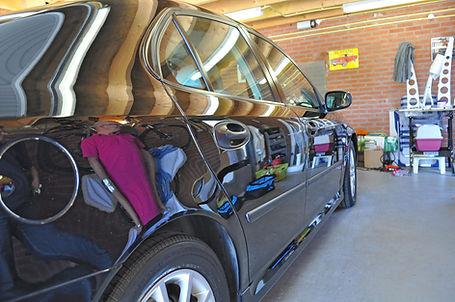 Mooie-werspiegeling-van-het-garageinteri