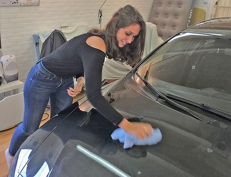 Kim-poetst-wax-uit-op-Alfa-workshop-auto