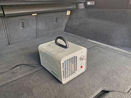 Ozongenerator-bovenaf-detail-in-bagageruimte-Volvo-V70.jpg