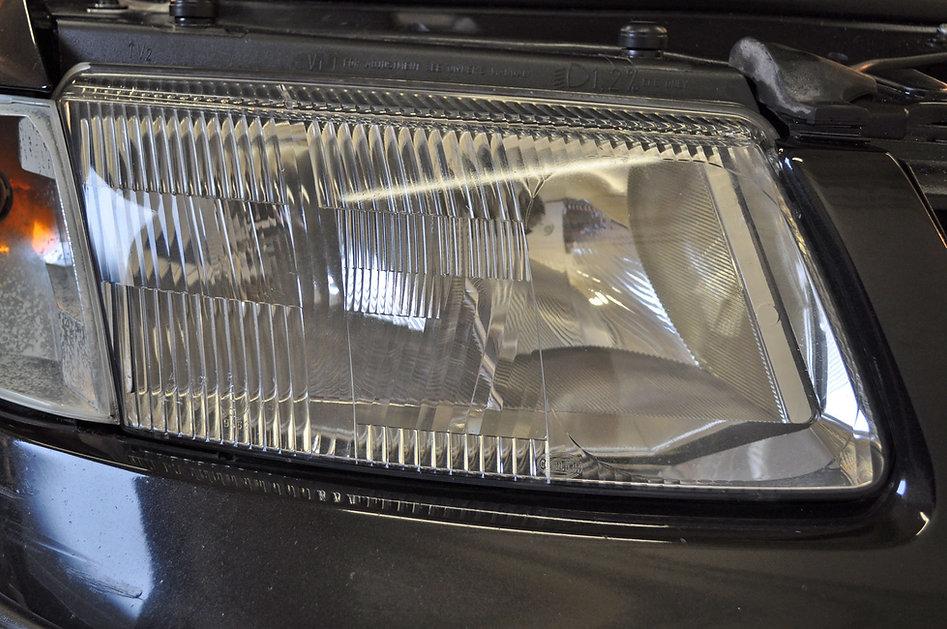 Gepolijste-koplamp-van-de-VW-Passat-2-Wi